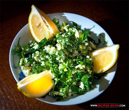 Салат из шпината с варёными яйцами и редиской