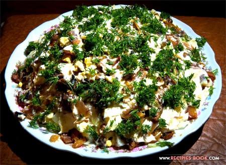 Салат с рыбой горячего копчения, грибами и картофелем