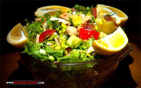 Вкусный лёгкий салат с рыбой, овощами и лимонно-соевым соусом