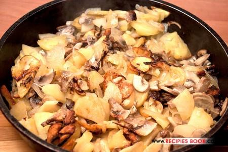 Жареная картошка с грибами и луком по-деревенски