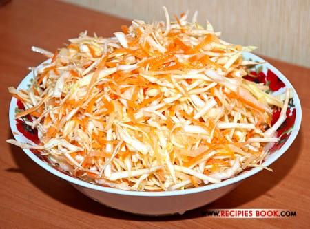 Хрустящий овощной салат из капусты с морковью и луком